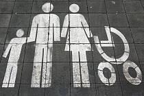 Označení vyhrazeného stání pro rodiny s dětmi před hypermarketem Globus