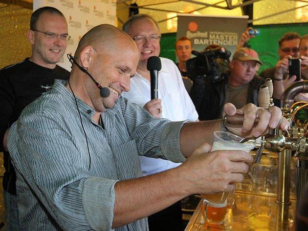 Známý kuchař Zdeněk Pohlreich předvedl své kulinářské umění v západočeské metropoli už na loňském Pilsner Festu. Tehdy si vyzkoušel i čepování piva
