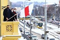 Starosta největšího plzeňského obvodu David Procházka společně se svými náměstky vyvěsil běloruskou vlajku na budovu úřadu.