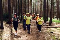 Skupinka seniorů na procházce v okolí Plzně