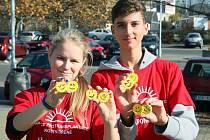 Studenti Gymnázia Luďka Pika vyrábí a prodávají sluníčka na podporu Nadace pro transplantace kostní dřeně. Na snímku jsou primáni Tereza Knížková a Dan Butula