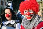 Lidé z cirkusu čekají na start silvestrovského běhu, který se ve čtvrtek uskutečnil ve Spáleném Poříčí.