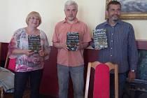 Na snímku autoři nové knihy Marita Haller (německá část)  a Petr Mazný (česká část), vpravo Zdeněk Hůrka z vydavatelství Starý most.