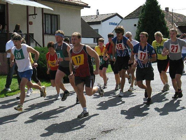 Početné startovní pole vyráží na šestikilometrovou trať při jubilejním 25. ročníku triatlonového závodu Malý železný muž, pořádaného TJ Sokol Šťáhlavice