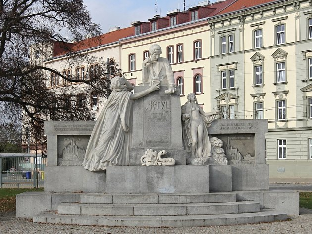 Pomník autora Vojtěcha Šípa, který od roku 2012zdobí Mikulášské náměstí.