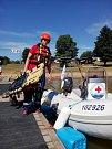 Záchranáři mají k dispozici motorový člun i sanitku. Z pěti lidí jedou k případu tři – plavčík, zdravotník a řidič. Na stanici zůstává druhý zdravotník a praktikant.