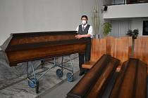 Zaměstnanec klatovské pohřební služby Petr Kovačik s jedinými třemi druhy rakví, které jsou nyní na výběr. Běžně je jich sedmkrát více.