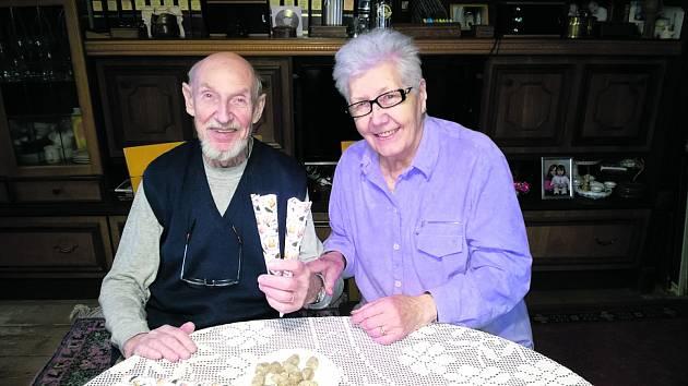 Richard a Miroslava Böhnelovi drží böhnelky v papírových kornoutech. V lednu oslaví 65. výročí svatby.