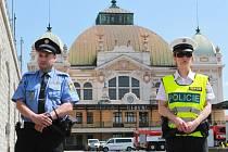 Policejní opatření na vlakovém nádraží v Plzni.