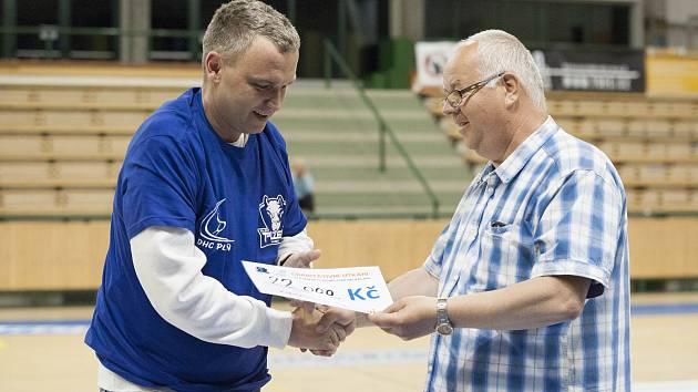 Na fotografii Zdeněk Hejduk (vlevo), házenkář, bojující s onemocněním ALS.