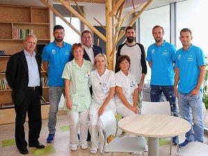 Fotbalisté Viktorie Plzeň a sládek pivovaru Gambrinus pomáhali ve Fakultní nemocnici Plzeň