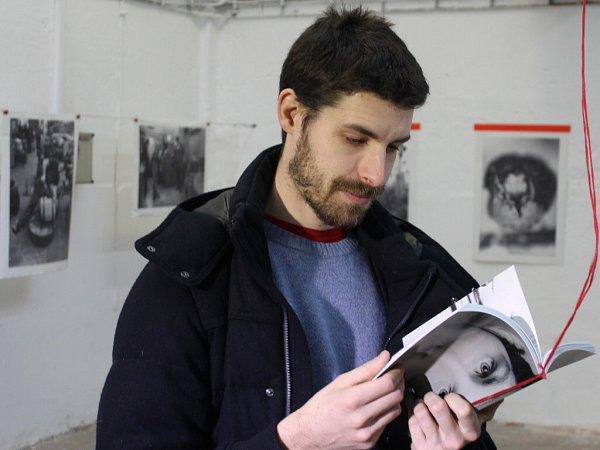 Guillaume Chauvin listuje fotoknihou, která během jeho umělecké rezidence vPlzni vznikla