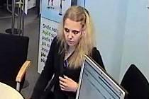 Policie hledá ženu, která ukradla kabelku a vybrala na cizí doklady peníze