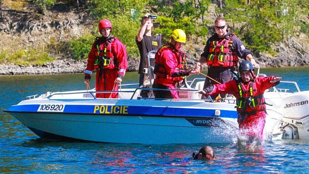 Policisté spolu s dalšími složkami Integrovaného záchranného systému zachraňovali tonoucí figuranty z vody u hráze