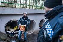 Betonové roury poblíž nádrže České údolí obývají bezdomovci.