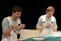 Bob a Bobek, neboli Ondřej Vacke  (vlevo) a  Marek Mikulášek při zkouškách na zítřejší premiéru. Foto: P. Křivánek