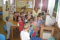 Učitelky MŠ Obora vidí v počítači užitečného pomocníka při vzdělávání dětí. Na snímku učitelka Marie Žižková s malými školáky