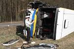 Autobus plný dětí se převrátil u Nezvěstic, sedm je zraněných