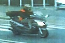 Záběry motorkáře, který měl v Plzni na Světovaru srazit školáka