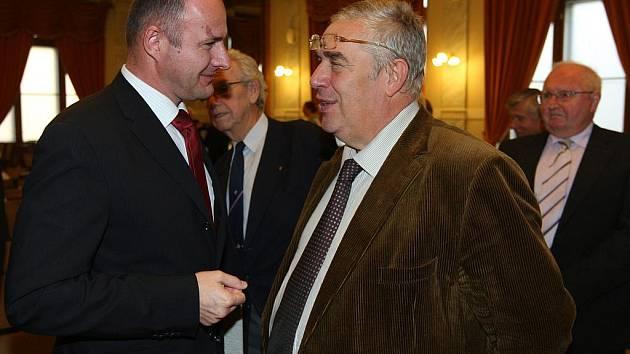 Josef Bernard (vlevo) hovoří s bývalým primátorem Plzně Zdeňkem Proskem.