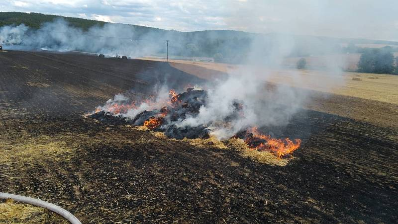 Požár polního porostu nedaleko Kvíčovic. Foto: hasiči Holýšov
