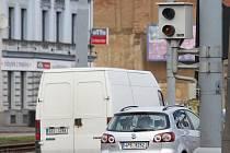 Na rohu Tylovy a Domažlické ulice čeká na nezbedné řidiče nepříjemné překvapení. Radar, který zaznamená nejen překročení rychlosti, ale také  odhalí motoristy, kteří jedou na červenou