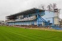 Rekonstrukce tribuny fotbalového stadionu v Přešticích přinesla místní tělovýchovné jednotě starosti, protože stát zastavil proplácení dotací. Přeštická tělovýchovná jednota dluží zhotoviteli stavby bezmála 20 milionů korun.