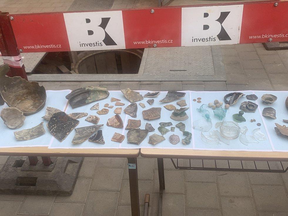 Soubor předmětů dokládajících vývoj měšťanských domácností v centru Plzně od 16. do 20. století. Jsou mezi nimi nejrůznější druhy nádobí, ale také broušené sklo nebo fragmenty skleněných figurek.