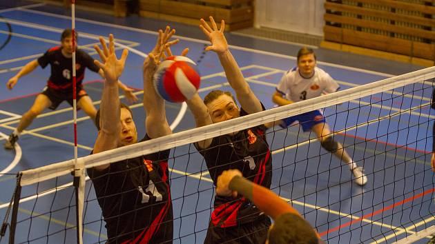 Úspěšný dvojblok postavili proti útoku Netolic volejbalisté USK Slavia, kteří ze dvou domácích duelů s nepříjemným soupeř vydolovali čtyři body.