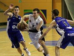 Basketbalisté Lokomotivy Plzeň v utkání proti JMC Brno
