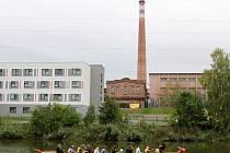 Plzeňané si průmyslové objekty na březích Radbuzy prohlédli na dračích lodích