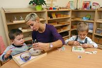 Výukové hračky dopomáhají dětem v plzeňské školce Montessori k lepšímu předškolnímu vzdělávání.