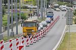 Komplikace přináší řidičům na Rokycanské třídě  zúžení vozovky v obou směrech – na Prahu i od Prahy. Začalo se tu s demolicí a výstavbou dvou mostů u Baumaxu