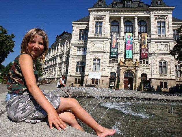 Od středy se lidé opět mohou zchladit u fontány před Západočeským muzeem