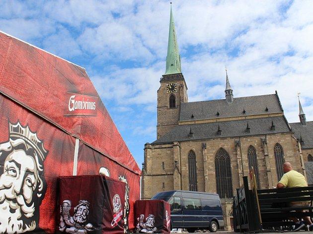Pivní stany na náměstí Republiky už jsou připraveny.