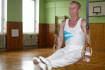 Luboš Kopecký (81) předvádí gymnastické cviky
