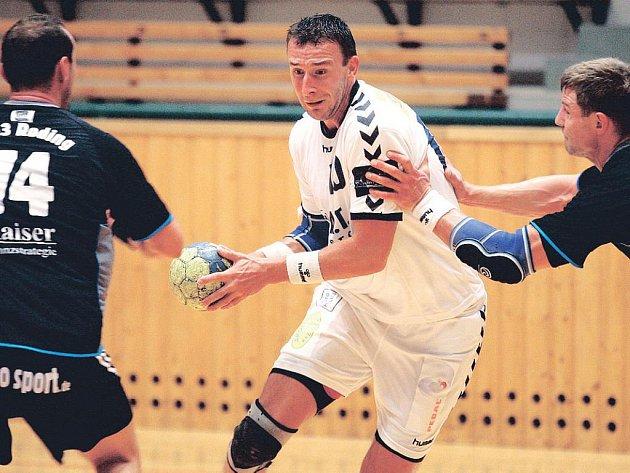 Plzeňští házenkáři zvítězili v přípravném utkání nad německým Rodingem vysoko 37:27. Na snímku z tohoto zápasu se snaží probít obranou soupeře plzeňský kapitán Vojtěch Šik (v bílém).