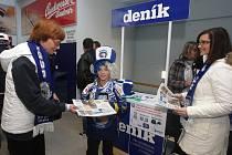 Vedoucí oddělení distribuce Helena Mikešová rozdává s kolegyní Lucií Radovou na zápase páteční Plzeňský deník