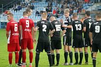 Fotbalisté Klatov (na snímku hráči v červeném) podlehli před týdnem Českým Budějovicím B. V sobotu hostí Mýto.
