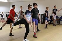 Zájemci o role v muzikálu Viktorka Plzeň aneb Jinak to nevidím museli prokázat také elementární pohybové dovednosti, a tak u konkurzu secvičili také krátkou choreografii.