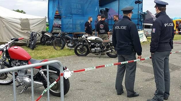V Žihli během závodů Hot Rod Dragstrip Contest ztratil jeden z motorkářů kontrolu nad strojem a vlétl do diváků