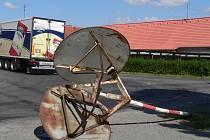 Jedenz  projíždějících kamionů srazil v Dolní Lukavici zrcadlo