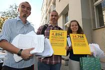 Aktivisté byli na radnici dodat další tisíce podpisů