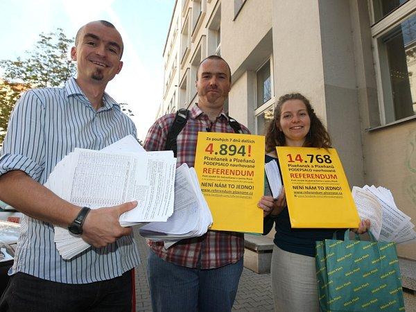 Aktivisté byli ve středu na radnici dodat další tisíce podpisů
