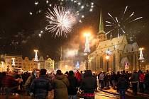 Silvestr patřil i letos ohňostrojům. Snímek pochází z náměstí Republiky.
