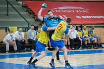 Michal Tonar (s míčem) ve druhém utkání s Kopřivnicí.