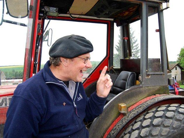 Traktorista Jacobus Kok z Holandska v pátek vyrazil na poslední etapu své devítidenní cesty z Hradce u Stoda