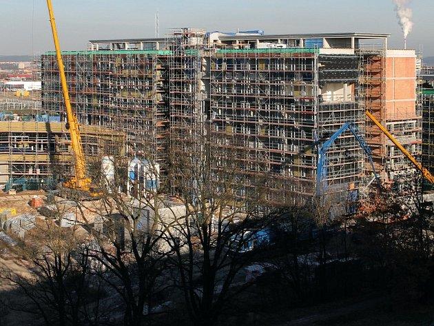 Výzkumná centra, která budou sloužit Fakultě aplikovaných věd, už za sebou mají hrubou stavbu (na snímku). Budování laboratoří pro Fakultu elektrotechnickou začne příští měsíc