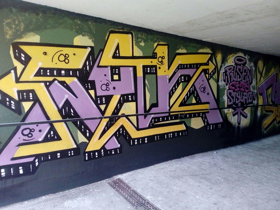 Zeď v tunelu u vchodu do obchodního centra Plaza v Plzni ozdobily s povolením jeho manažerů barevné malůvky. Na svědomí je má skupinka sprejerů z Plzně a Ústí nad Labem