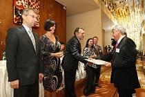 Starosta Dobříše Jaroslav Melša (zcela vpravo) při přebírání ceny z rukou ministra práce a sociálních věcí Jaromíra Drábka.